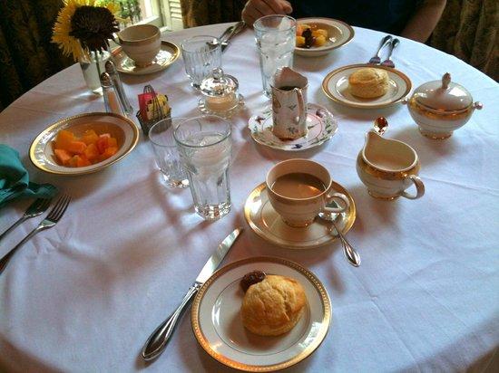 Hamilton-Turner Inn: Breakfast table setting