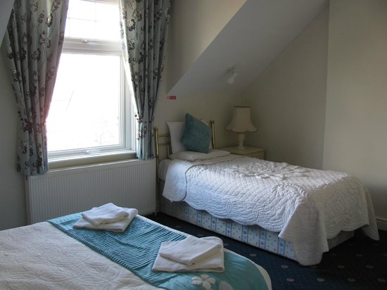 P and J Hotel: View of room 17, with double and twin