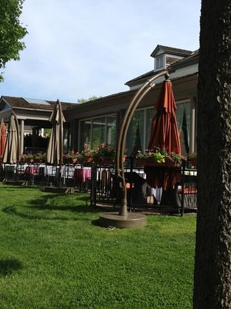 Hotel Dallavalle : front patio is a wonderful place to relax or dine