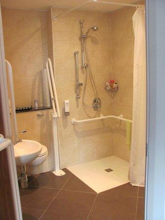 Holiday Inn Norwich City: Accesible bathroom, Room 214