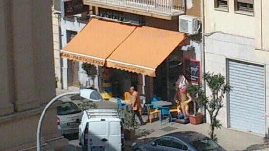 Residence Palazzo Serraino: bar om de hoek voor een heerlijk ontbijt met vers geperste sap. Ook hebben ze hier heerlijke bro