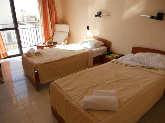 Relax Inn Hotel : Twin room all have balconie's