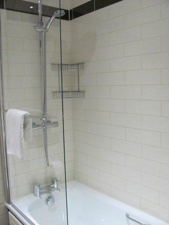 The Duke's Head Hotel: Shower with half-glass, room 27