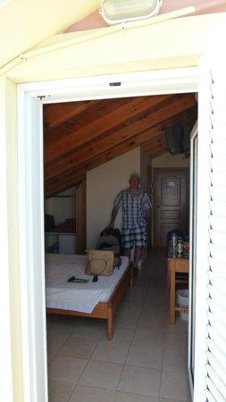 Hotel Brati II Beach: Hubby in Room