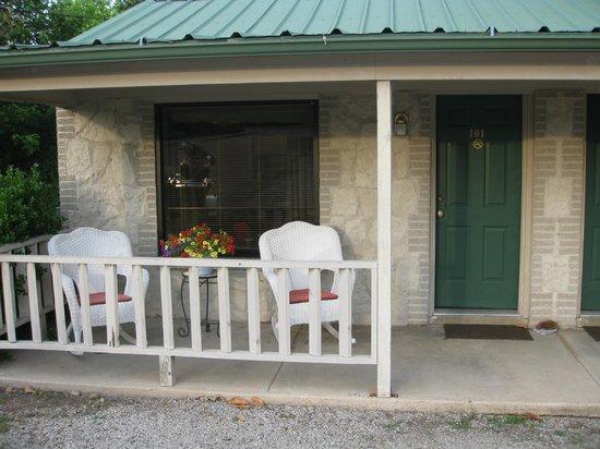 Carlton-Marion Inn: Chairs & flowers on porch
