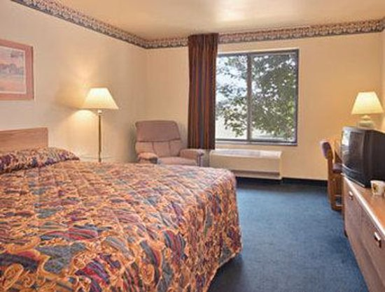 Super 8 Delavan: Standard King Bed Room