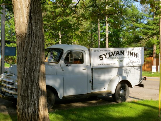 The Sylvan Inn Bed & Breakfast: Car out front