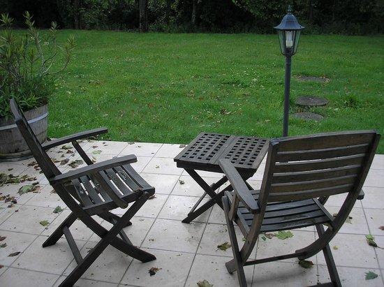 terrasse avec salon de jardin attenant à la chambre - Picture of ...
