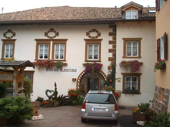 Hotel Garni Laurino: Garni Larino mit Blumenschmuck