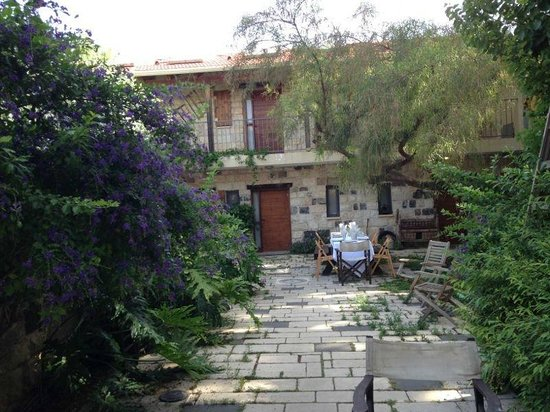 Shulamit Yard: The yard and place for breakfast