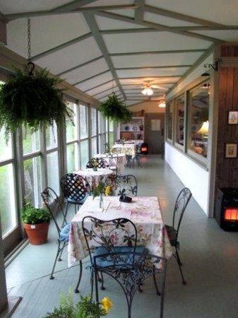 High Tide Inn: Sitting area for breakfast.