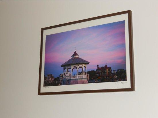 The Dockside Inn: Ocean park print makes the purple decor make sense in Room 22.