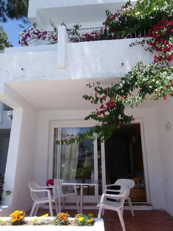 Apartamentos Atlas: Exterior view of 2-storey apartment - 2 metres from the pool