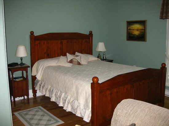 Baker's Chest Tearoom and B&B: Our bedroom-Karn Suite