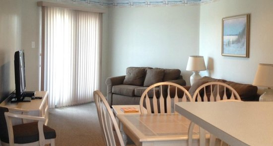 Capri Motor Lodge: deluxe suite living and dinning area