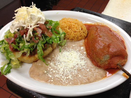 Cazadores Bar & Grill: Chile rellenó and sope combination