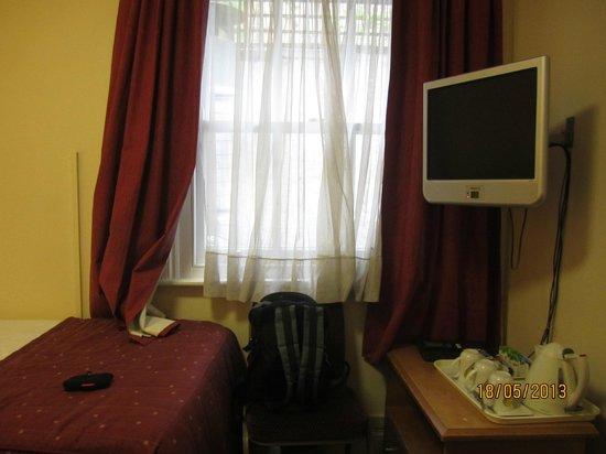 Days Inn London Hyde Park: TV set