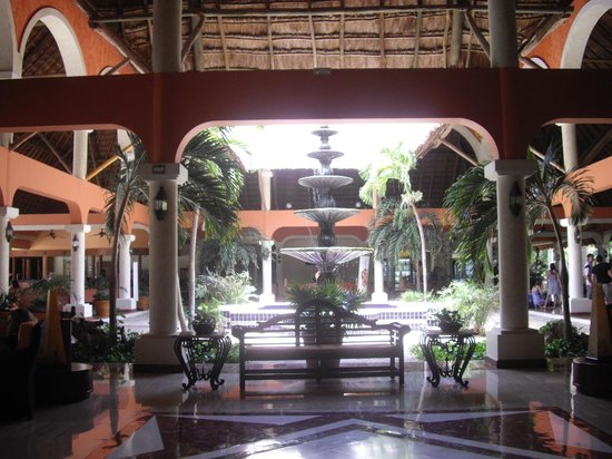 Grand Palladium Colonial Resort & Spa: Desde el lobby una artística fuente.