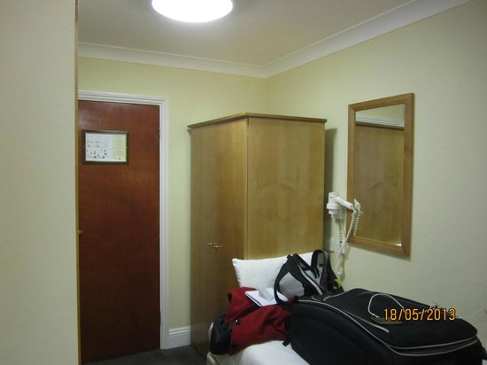 Days Inn London Hyde Park: Third bed used as storage space
