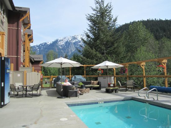 Pemberton Valley Lodge: Conversation and fire pit