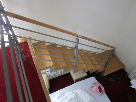 Hotel Astra Garni: Letto al piano inferiore sotto il soppalco/ double bed under the mezzanine