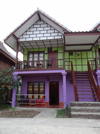 Sayong Guest House and Riverhill Bungalows : purple room second floor
