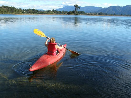 Pioneer Motels: Aorere River just across the road, great for kayaking