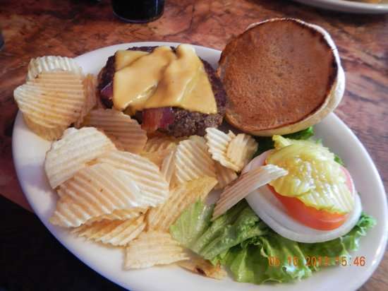 The Bunkhouse Restaurant and Lounge: bacon cheeseburger