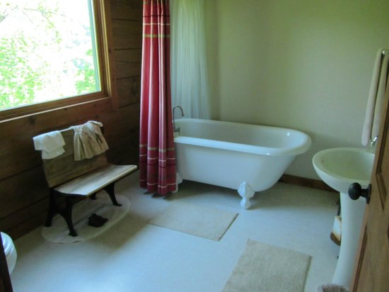 Appalachian Inn: Schoolhouse room bathroom/clawfoot tub