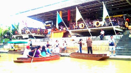 Floating Market Ah Poong