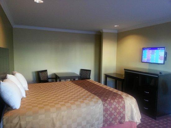 Rodeway Inn & Suites : Century inn Deluxe King /Queen Bed Rooms