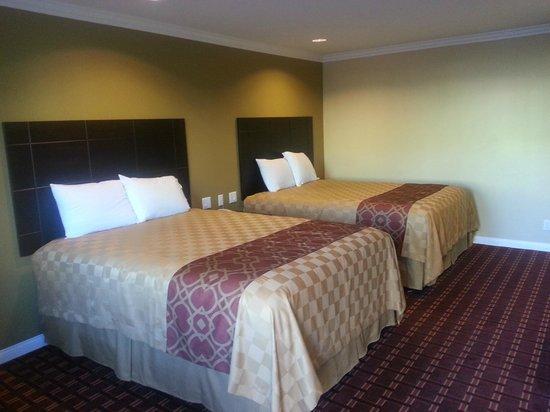 Rodeway Inn & Suites : Century Inn Double Queen Room