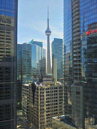 Hilton Toronto: Vue sur la CN Tower depuis la chambre au 17ème étage