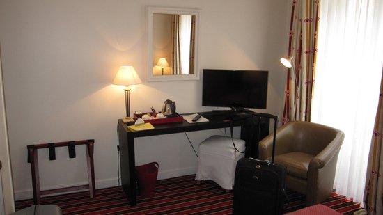 Hotel Le Vignon: Zimmer zum TV mit Wasserkocher