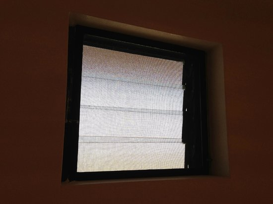 Four Points by Sheraton Ventura Harbor : Always-Open for Sound: Bathroom Window (from inside)