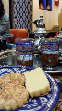 Riad Assilah Chefchaouen: Mint tea and cookies in the central atrium