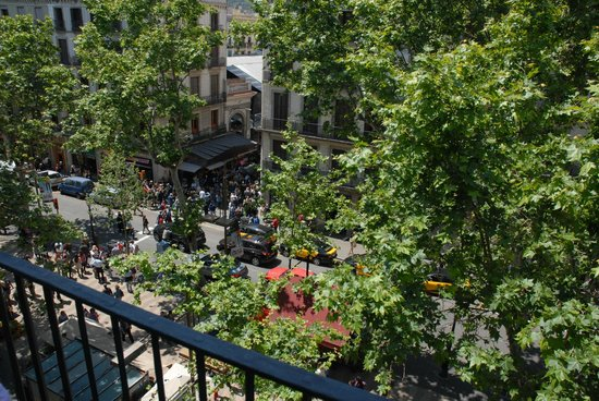 Hostal Boqueria: Il Mercato della Boqueria visto dal balcone della camera