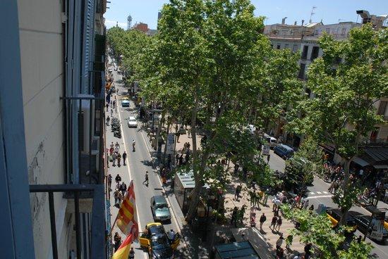 Hostal Boqueria: La Rambla vista dal balcone della camera