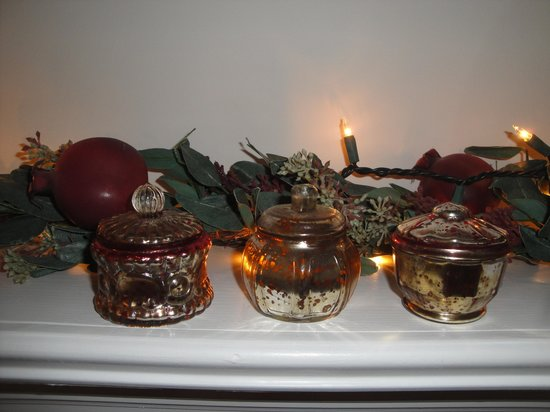 Chatham Gables Inn: Glimmering votives cast warmth & ambiance to Guest Room