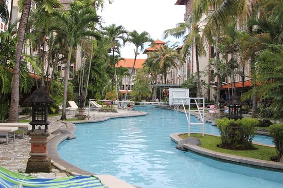 Sanur Paradise Plaza Hotel: Pool area and Balcony rooms