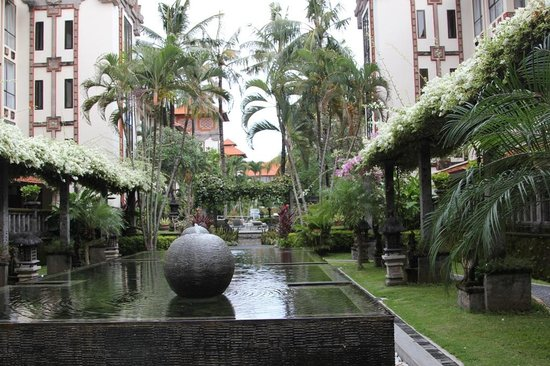 Prime Plaza Hotel Sanur - Bali: Garden near restaurant