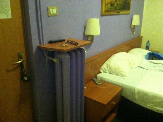 Hotel Santa Croce: bed area