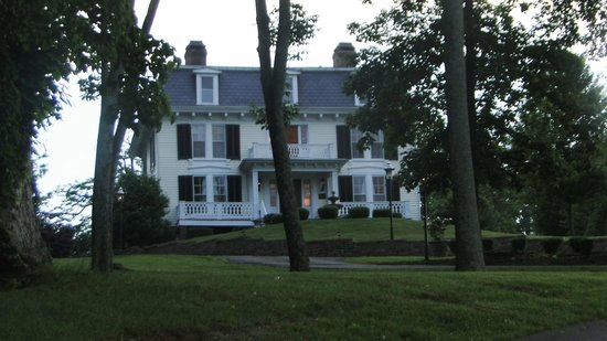 Chestnut Hill Bed & Breakfast Inn: Front View
