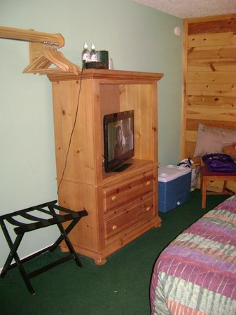 Ski Lift Lodge: Single queen cabin-style entertainment/closet/ dining area (Room 19)