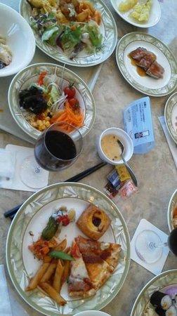 Buffet Restaurant Hapuna: 全種類食べたいけど・・・一部です。ステーキや焼き立てを切り分けてくれたり、実演パスタなど。