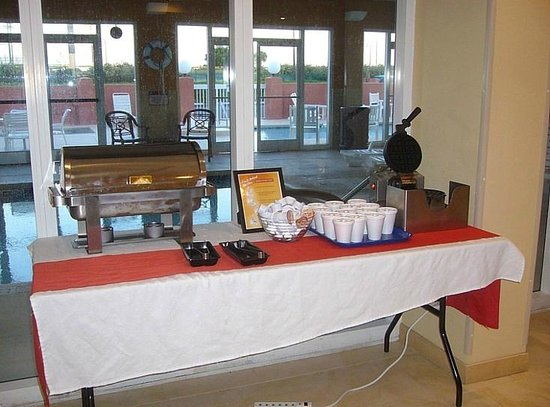 SummerPlace Inn Destin FL Hotel: Hot breakfast choices