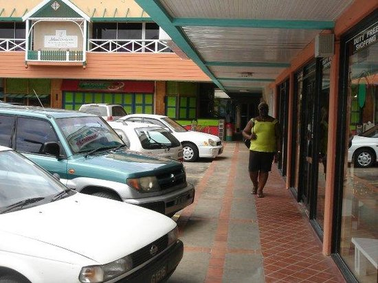 Hilton Barbados Resort: near stores and restaurants