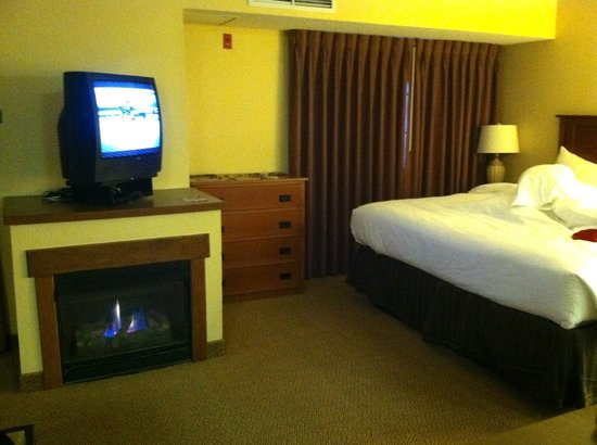 MCM Elegante Lodge & Suites: A view of the sleeping area and fireplace