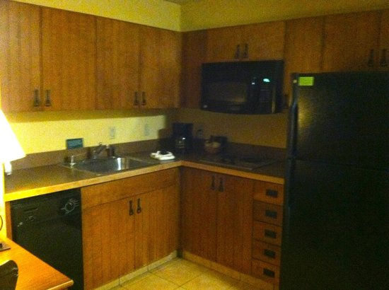 MCM Elegante Lodge & Resort: Kitchenette that was a great asset to a couple or small family.
