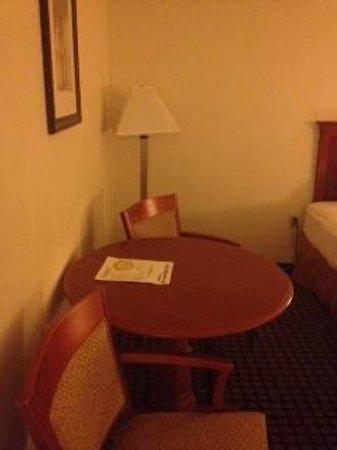 International Palms Resort & Conference Center: mesa en la habitacion